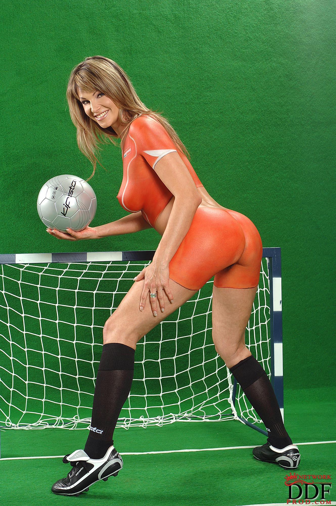 golie-igrayut-v-futbol