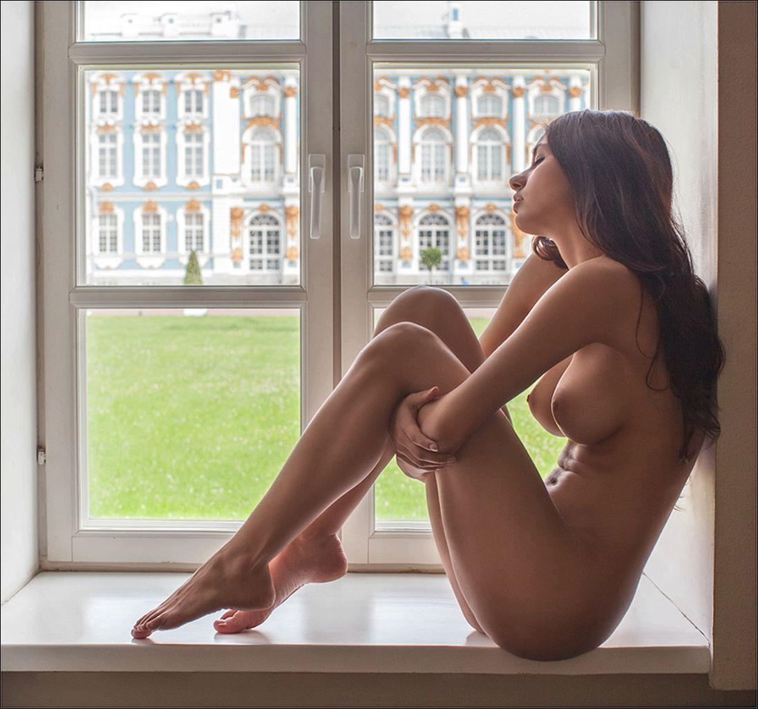 golaya-devushka-v-okne